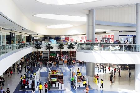 centro comercial: Manila, Filipinas - 03 de abril 2012: SM Mall of Asia (MOA) es un centro comercial en Manila. SM Mall of Asia es el segundo centro comercial m�s grande en las Filipinas y el cuarto centro comercial m�s grande del mundo. Tiene una superficie de 42 hect�reas y tiene una bruta de piso ar