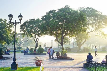 urban colors: Manila, Filipinas - April 04, 2012: Rizal Park también conocido como Luneta Park es un parque histórico urbano situado en el corazón de la ciudad de Manila, Filipinas. Rizal Park historia comenzó en 1820