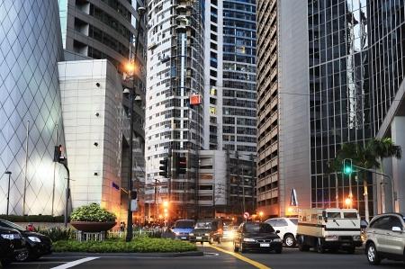 Manila, Filippine - 2 Apr 2012: La città di Makati la sera. Makati con una popolazione di 510.383 - business center e una delle 17 città che compongono Metro Manila.