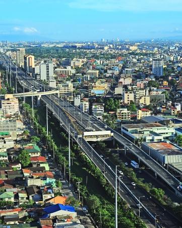 Vista aerea di slum e autostrada a Metro Manila, Filippine Archivio Fotografico