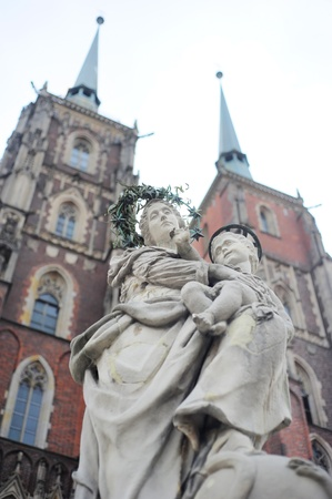jesus standing: Maria & Child Jesus sculpture standing in front of St. John the Baptists Cathedral in Wrocław, Poland.