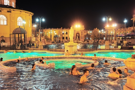 Budapest, Hungría - Octubre 01, 2012: La gente tiene un baño termal en el balneario Szechenyi. Szechenyi Gyogyfurdo es el mayor baño de medicamentos en Europa. El área construida es 6.220 metros cuadrados.