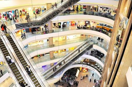 plaza comercial: Hong Kong - 15 de enero de 2013: La gente caminando y haciendo compras en Times Square. Times Square es un importante centro comercial y torre de oficinas complejo Hong Kong. Consta de 83.700 m de superficie comercial y dos torres de oficinas con 102.300 m de alojamiento.