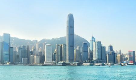Hong Kong, centro business con un cielo blu chiaro