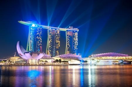 Singapore, Repubblica di Singapore: Marina Bay Sands Resort di notte. È classificato come struttura con casinò standalone più costoso del mondo a S 8.000 milioni dollari
