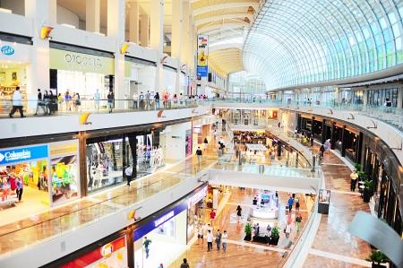 plaza comercial: Singapur, Rep�blica de Singapur - 08 de marzo 2013: El centro comercial de Marina Bay Sands Resort. Est� considerado como el m�s caro de la propiedad casino del mundo en S $ 8 mil millones