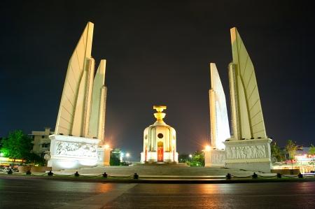 democracia: El monumento de la democracia (en tailandés: Anusawari Prachathipatai) es un monumento público en el centro de Bangkok, capital de Tailandia Editorial