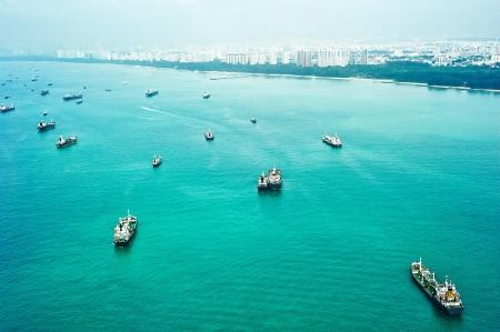 Molte navi a Singapore porto. Vista aerea