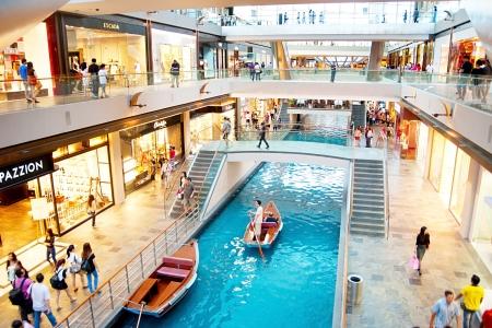 Singapore, Repubblica di Singapore - 8 marzo 2013: La gente che cammina in un centro commerciale a Marina Bay Sands Resort di Singapore. È classificato come struttura con casinò standalone più costoso del mondo a S $ 8 miliardi. Editoriali