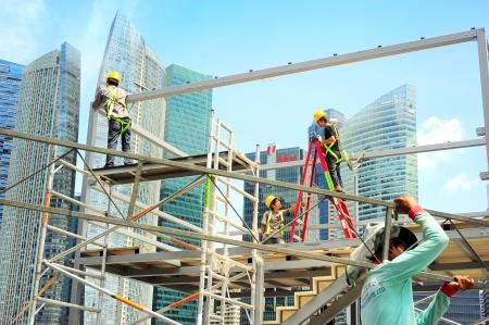 Singapore, Repubblica di Singapore - 9 maggio 2013: operai al cantiere di fronte a Singapore centro. Settore delle costruzioni è prevista per tirare in qualche S 30 miliardi dollari di quest'anno
