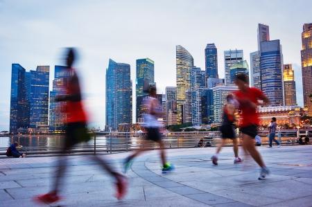 Persone runing in serata a Singapore