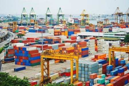 Porto commerciale di Singapore. E 'porto più trafficato del mondo in termini di tonnellaggio totale di trasporto, si trasborda un quinto del mondo shipping containers Archivio Fotografico