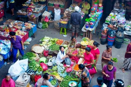 ウブド、バリ島、インドネシア - 2013 年 4 月 23 日: インドネシア ・ バリ島ウブド市場で食品を購入する人。ウブド市場ウブド王宮前にウブドの中心