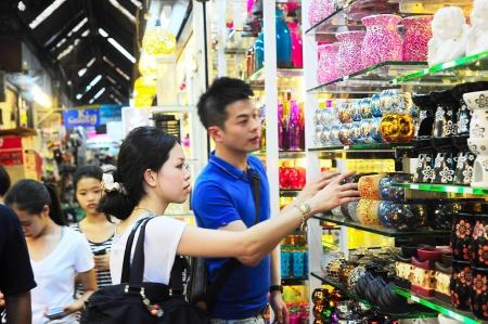 řemesla: Bangkok, Thajsko - 03.03.2013: Neznámí lidé nakupovat na Chatuchak Víkend na trhu v Bangkoku v Thajsku. Otevřené 8am - osmnáct hodin (So a Ne), to je největší trh v Thajsku.