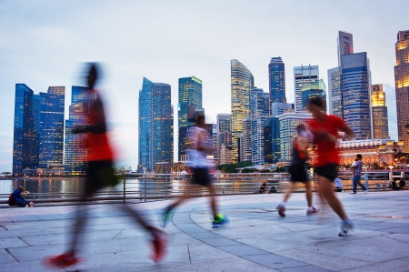 sea life centre: People runing in the evening in Singapore