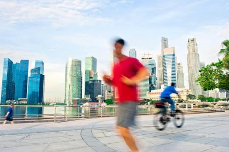 Persone Tram e in bicicletta la mattina a Singapore
