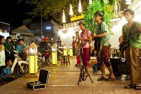 Lopburi, Thailandia - Feb 23, 2013: musicisti di strada non identificati eseguire durante la terra di Re Narai festa di Lopburi, Thailandia