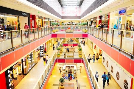 크라코프, 폴란드 - 년 8 월 (26) : 2013 갤러리아 Krakowska에서 알 수없는 사람들. 갤러리아 Krakowska 두 지붕 덮인 쇼핑몰 3 층에 270 전문점, 카페 ©들과 레스