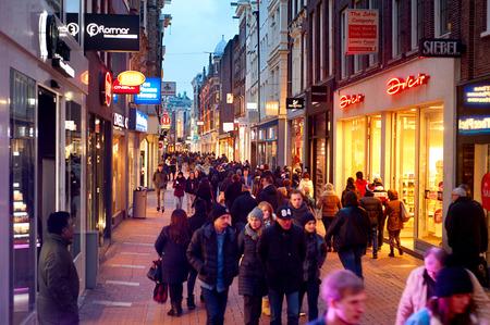 암스테르담, 네덜란드 - 2014년 3월 1일 : 알 수없는 사람이 칼 베르 거리 (Kalverstraat)에 산책 - 암스테르담의 주요 쇼핑 거리. 칼 베르 거리 (Kalverstraat)는