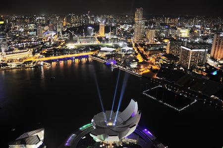 iluminated: Museo ArtScience iluminated delante del centro de Singapur. Vista desde el Marina Bay Hotel