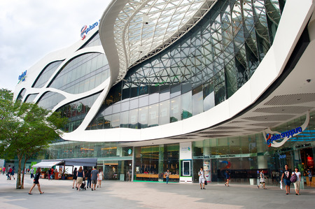 싱가포르 - 2013년 3월 7일 : 플라자 싱가 푸라에서 쇼핑하는 사람들. 플라자 싱가 푸라는 오차드로드 (Orchard Road), 싱가포르를 따라 위치한 현대적인 쇼핑몰입니다