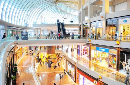 싱가포르 - 2013년 3월 8일 : 싱가포르 마리나 베이 샌즈 리조트에서 쇼핑몰을 쇼핑. 이 8,000,000,000달러 S의 세계에서 가장 비싼 독립 카지노 속성으로 청
