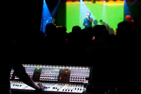 ingeniero: Concierto de música en el club nocturno en Amsterdam. Centrarse en un mezclador de sonido