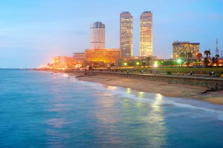 iluminated: Vista de Colombo centro al anochecer. Sri Lanka