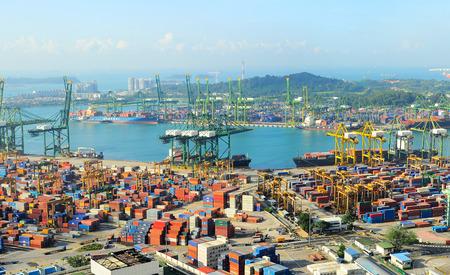 cenital: SINGAPUR - 07 de marzo de 2013: el puerto industrial de Singapur. Es el puerto m�s activo del mundo en t�rminos de tonelaje total del env�o, se transborde la quinta parte de los contenedores de transporte del mundo.