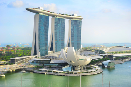 SINGAPORE -MAY 08, 2013: Marina Bay Sands Resort in Singapore. It is billed as the worlds most expensive standalone casino property at S$8 billion  新聞圖片