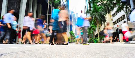 Unidentified zakenlieden oversteken van de straat in Singapore. Er zijn meer dan 7.000 multinationals uit de VS Staten, Japan en Europa in Singapore