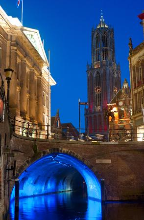 dom: Skyline avec la tour de la cathédrale et le canal au crépuscule à Utrecht, Pays-Bas