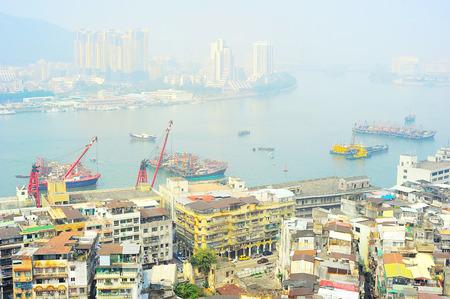 krottenwijk: Luchtfoto van een sloppenwijk en de haven van Macao Stockfoto