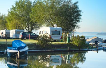remolque: Hermosa vista en el sitio para acampar en la luz de la mañana. Italia