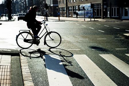 semaforo peatonal: Persona no identificada cruzar la calle en bicicleta en Amsterdam, Holanda