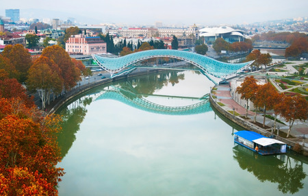 Bridge of Peace: new pedestrian bridge, which is connecting Old Tbilisi with the new district  in Tbilisi, Georgia Archivio Fotografico