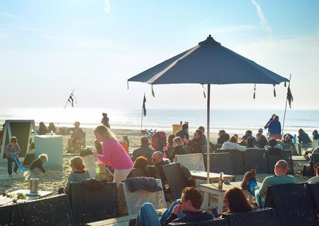 ZEEDIJK, AMSTERDAM, NEDERLAND - 8 maart 2014: Unidentified mensen bij een restaurant aan het strand. Redactioneel