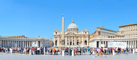 pietro: VATICAN CITY, VATICAN - AUGUST 08, 2014: Tourists waiting in queue to get to the Saint Peters Basilica at St. Peters Square. Editorial