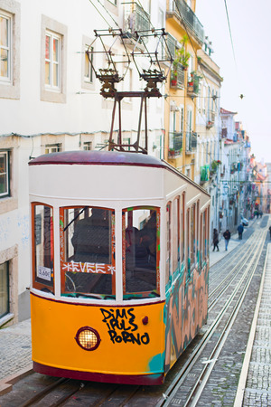 lisboa: Lisbons Gloria funicular classified as a national monument opened in 1885