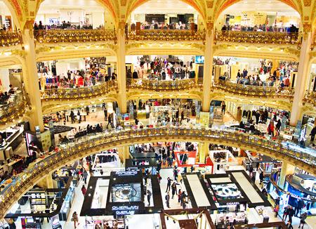 PARIJS, FRANKRIJK - 17 januari 2015: De oude gedeelte van warenhuis Lafayette in Parijs, Frankrijk. De Galeries Lafayette meest bekende luxe winkel in de wereld sinds 1895.