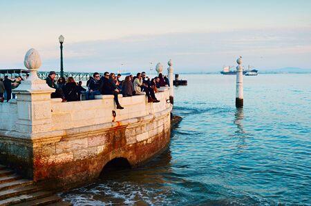 increasingly: LISBONA, PORTOGALLO - 10 gennaio 2015: La gente che guarda tramonto al fiume Tago argine a Lisbona, Portogallo. Turismo sta giocando un ruolo sempre pi� importante nell'economia del Portogallo contribuisce circa il 5% del prodotto interno lordo