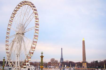 la tour eiffel: Ferries wheel in Paris at dusk. Eiffel Tower on the background.