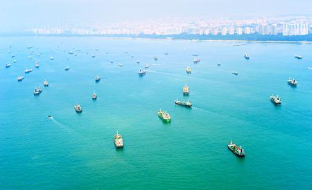 Un sacco di navi da carico nel porto di Singapore. Vista dall'alto