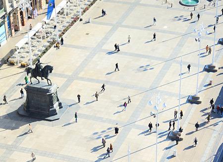 cuadrados: La gente en Plaza de Ban Jelacic en Zagreb, Croacia