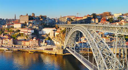dom: Panorama de Porto avec le c�l�bre pont Dom Luis. Portugal