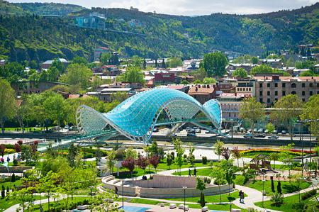 green river: View of Peace Bridge on the River Kura and  European Park. Tbilisi, Georgia Stock Photo