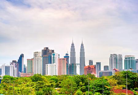 日にクアラルンプールのスカイライン。マレーシア 写真素材