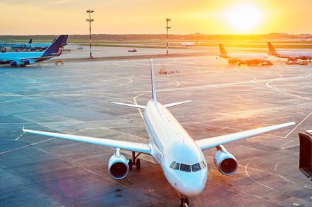 transporte terrestre: Aeroplanos en el aeropuerto al atardecer. Vista desde arriba