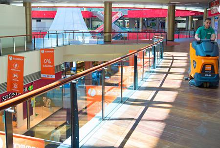 centro comercial: Tiflis, Georgia - 05 de mayo de 2015: Limpieza en curso en Tbilisi compras Mall.The centro comercial ocupa un total de cuatro plantas con una SBA de aproximadamente 74.000 metros cuadrados