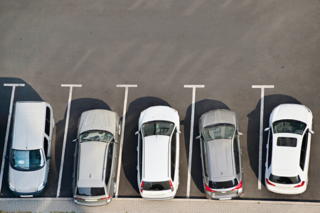 Vista dall'alto di un parcheggio completa di veicoli. Archivio Fotografico